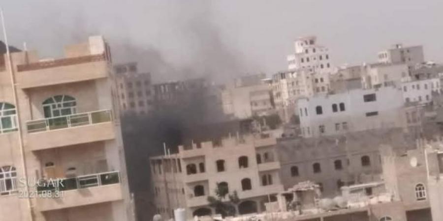 شاهد أول فيديو واضح للاشتباكات العنيفة في صنعاء وإحراق منزل أحد المواطنين ومقتل قيادات حوثية