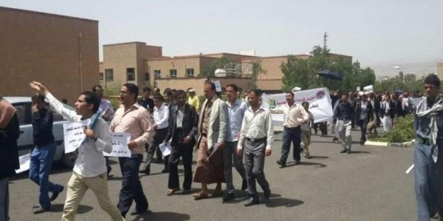 """حكومة الحوثيين تصدر أول توجيه انتقامي بشأن الموظفين النازحين الذين يستلمون مرتباتهم من """"عدن"""" (وثيقة)"""
