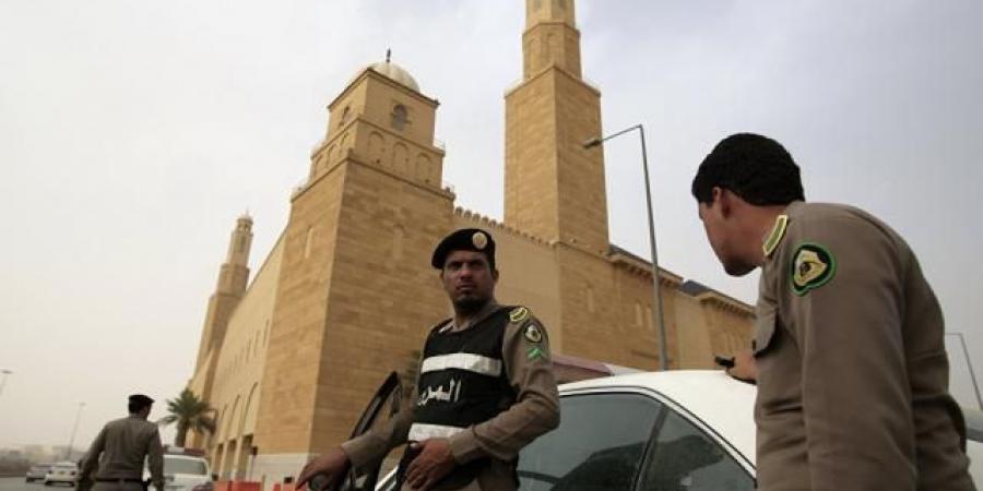 السجن 15 عامًا وغرامة مليون ريال تنتظر سعودي نقل مخالفين يمنيين على سيارته