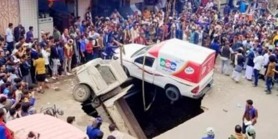شاهد بالفيديو.. انهيار ارضي يتسبب ببلع سيارات في العاصمة صنعاء