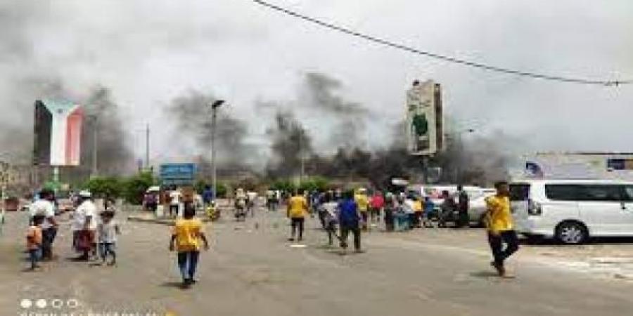 السلطة المحلية بعدن توجه الأجهزة الأمنية بحماية المتظاهرين
