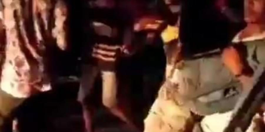 شاهد بالفيديو.. لحظة استهداف المحتجين من قبل قوات الانتقالي وسقوط أول شهيد في عدن