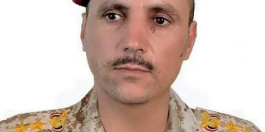 """قائد عسكري يمني يواري جثمان شقيقه وأحد أقاربه الثرى ويعود """"الجبهة"""" لاستقبال العزاء"""