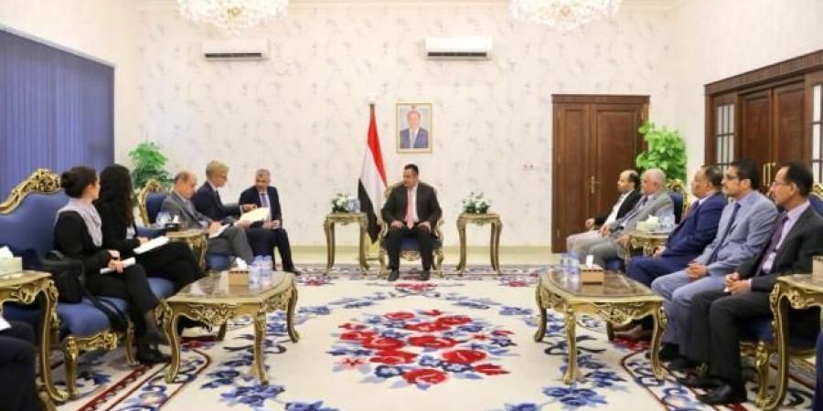 تفاصيل ما دار بين رئيس الوزراء والمبعوث الأممي خلال لقائهما في عدن.. وماذا طلبت الحكومة