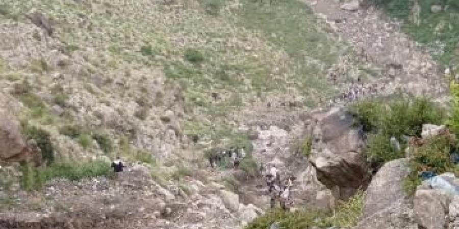 حادث مروع .. سقوط سيارة من أعلى قمة جبل صبر في تعز على متنها أسرة كاملة .. وأنباء عن ضحايا (صور)