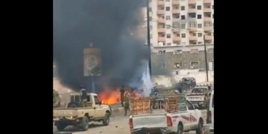 بالفيديو.. انفجار سيارة مفخخة في موكب محافظ عدن ''لملس'' وعدد من الوزراء وسقوط قتلى وجرحى