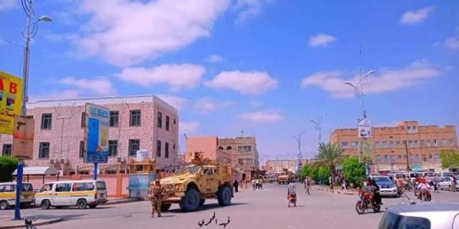 بالصور.. قوات ومدرعات أمريكية وكلاب بوليسية تنتشر في شوارع مدينة يمنية وتنصب نقاط تفتيش