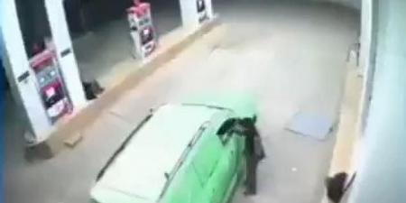 حوثي ينهب عامل محطة وقود في صنعاء.. وكاميرا المراقبة توثق المشهد (فيديو)