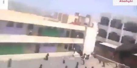 قيادي حوثي يطارد طالبات إحدى المدارس وهكذا انتفضن في وجهه .. وصراخهن تهتز له القلوب (فيديو)