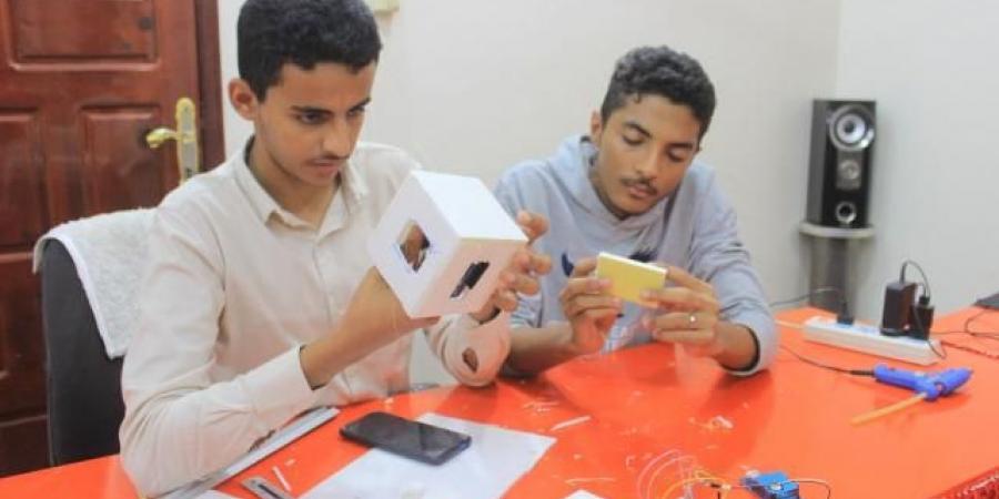 """فريق شبابي يمني يطلق نموذج القمر الصناعي """"كيوبسات يمن"""""""