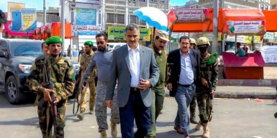 """محافظ عدن ينفذ أول زيارة إلى """"كريتر"""" بعد يوم دام"""
