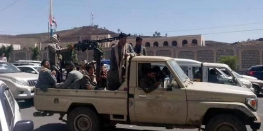 طقم حوثي يصدم سيارة مدنية تقل 9 مواطنين في الجوف ويلوذ بالفرار