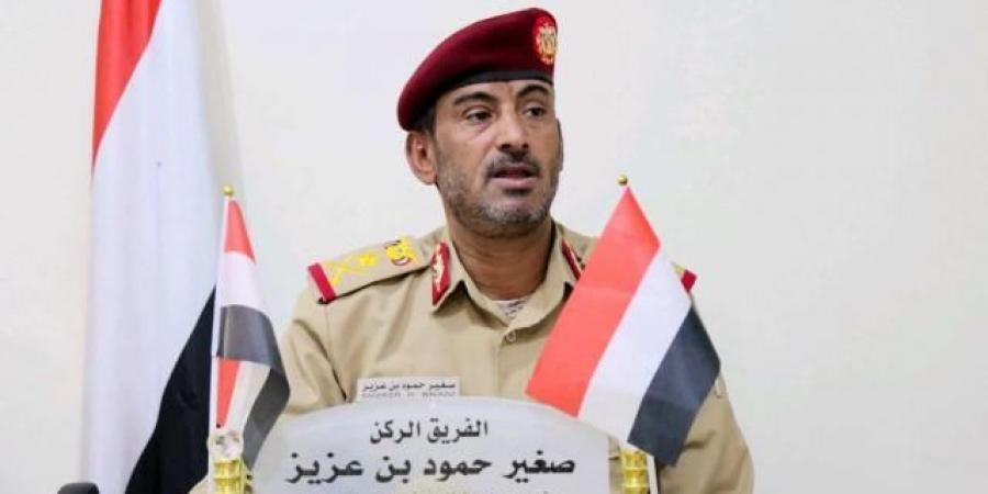 شاهد.. أول تصريح لرئيس أركان الجيش اليمني بعد استهدافه بصاروخ حوثي