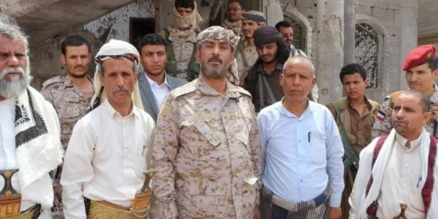 """""""بن عزيز"""" يبعث رسالة تحدي للحوثي من على أنقاض المنازل المدمرة بحي الروضة"""