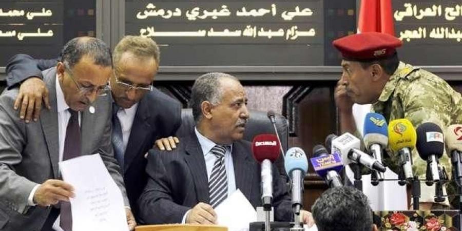 """برلماني في صنعاء يفضح مجلس النواب ويكشف تفاصيل مسائلة """"بن حبتور"""" و وزرائه"""